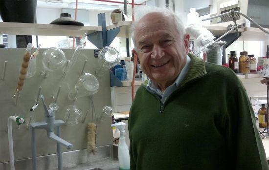 Prof. Mechoulam en su laboratorio en la Universidad Hebrea de Hadassah. Foto por Abigail Klein Leichman