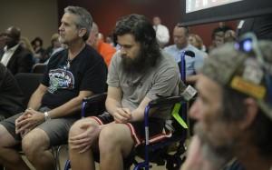 Mike Latona, izquierda, y su hijo Christopher, que sufre de trastorno de estrés postraumático desde que regresó de servicio del Ejército en Afganistán, el miércoles testificaron en apoyo a la aprobación de la marihuana medicinal para el tratamiento de la enfermedad.. Fuente: Denver Post