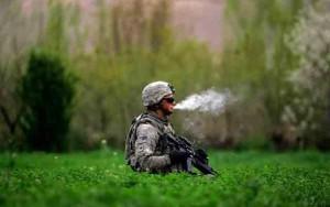 Soldado americano fumando durante una intervención