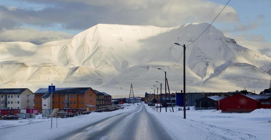 Longyearbyen es la capital y donde vive la mayor parte de la población de la zona.